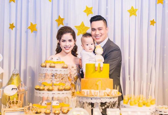 Gia đình Việt Anh trong tiệc sinh nhật mừng bé Đậu Đậu tròn 1 tuổi.