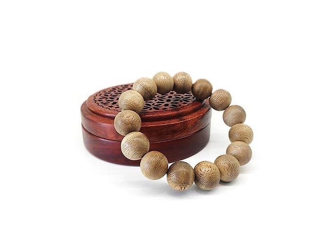 Vòng tay trầm hương nam 14 ly từ hạt trầm tốc tự nhiên giúp tinh thần phấn chấn, giảm mệt mỏi và stress, giá ưu đãi còn 750.000 đồng.