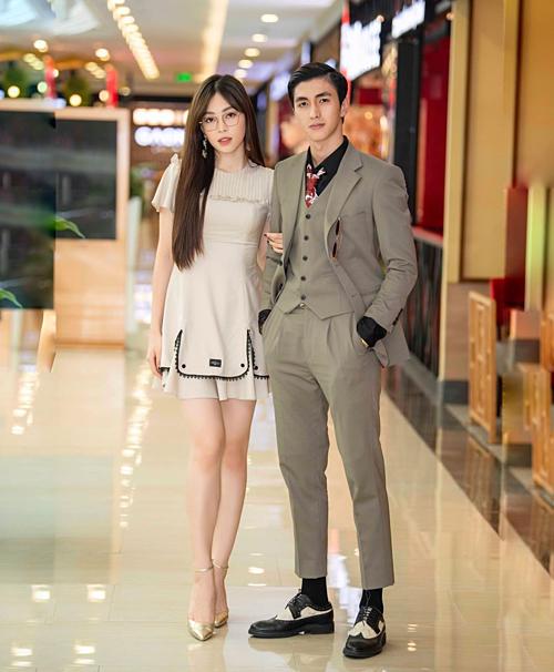 Á hậu Bùi Phương Nga và bạn trai diễn viên Bình An tình tứ đi xem phim.