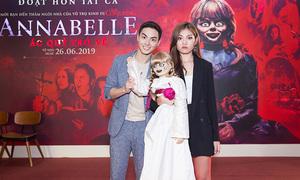 Vợ chồng Chúng Huyền Thanh tạo dáng với 'búp bê ma Annabelle'