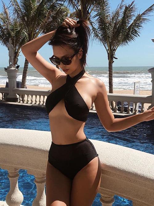 Siêu mẫu Hà Anh khoe dáng với bikini.