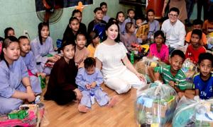 Ca sĩ tỷ phú Hà Phương về Đồng Nai làm từ thiện