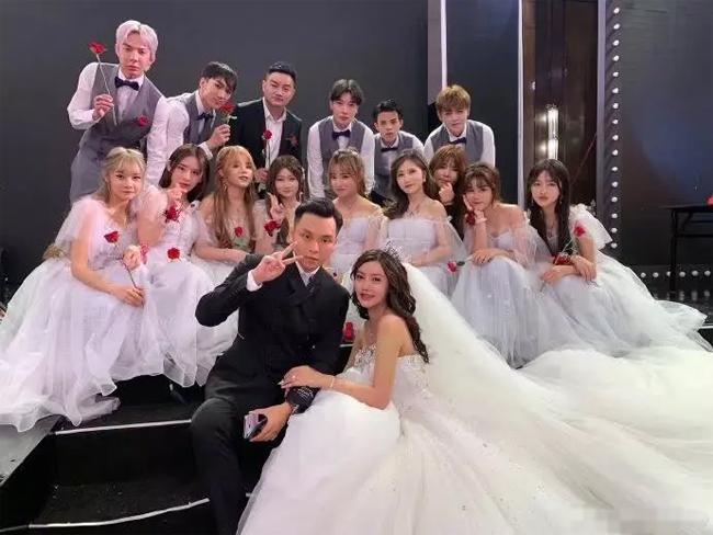 Đám cưới của Hàn An Nhiễm được ví như buổi tiệc của các bệnh nhân trong bệnh viện phẫu thuật thẩm mỹ.
