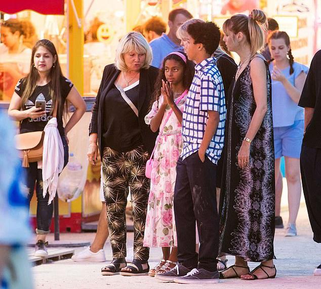 Các con của Heidi và mẹ cô (mặc áo đen) đi chơi cùng trong chuyến du lịch tới Pháp.
