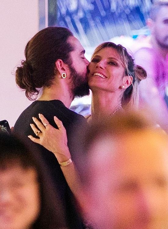Heidi Klum và Tom Kaulitz ôm hôn tại hội chợ Tuileries ở Paris, Pháp ngày 24/6.