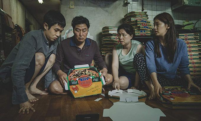 Từ trái qua: Choi Woo Sik vai con trai Ki Woo, Song Kang Ho vai ông Kim, Jang Hye Jin vai bà Kim và Park So Dam vai con gái Kim Jung diễn xuất ấn tượng trong phim.