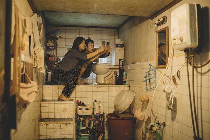 Gia đình họ Kim sống trong căn hộ ẩm mốc dưới tầng hầm của một tòa nhà cũ.