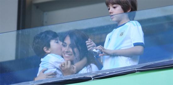 Phút vui vẻ của vợ Messi và cậu nhóc Mateo. Bé Ciro hơn một tuổi có lẽ còn nhỏ nên không đi theo
