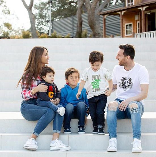 Vợ chồng Messi bên ba cậu con trai đáng yêu.