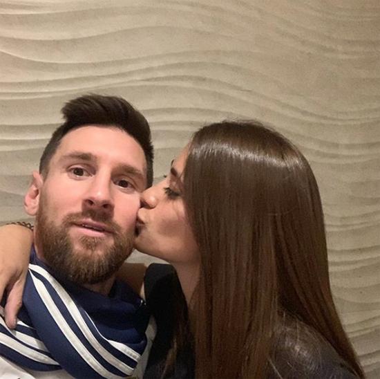 Trên Instagram, Antonella cũng chia sẻ giây phút hôn má chồng cùng lời chúc mừng sinh nhật anh