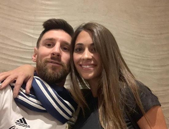 Trên trang cá nhân, Messi chia sẻ ba bức ảnh chụp trong ngày tròn 32 tuổi.