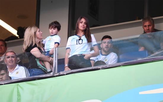 Vợ và bố mẹ cùng những người thân của Messi căng thẳng, lo lắng khi đội