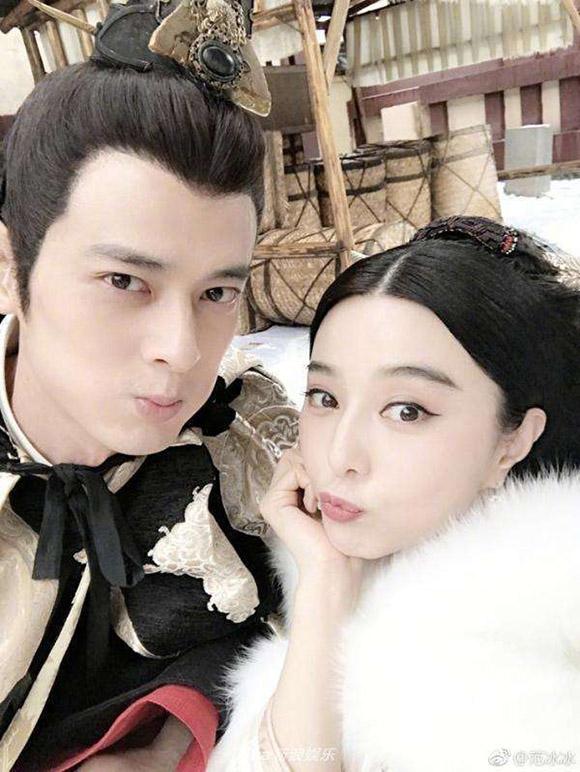 Quách Phẩm Siêu và Phạm Băng Băng chụp ảnh tự sướng trong giai đoạn quay phim Ba Thanh truyện năm 2017.