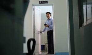 Nguyễn Hữu Linh chờ hết người mới rời toilet