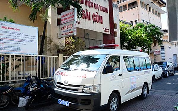 Xe cấp cứu Bệnh viện Đa khoa Sài Gòn. Ảnh: Lê Phương.