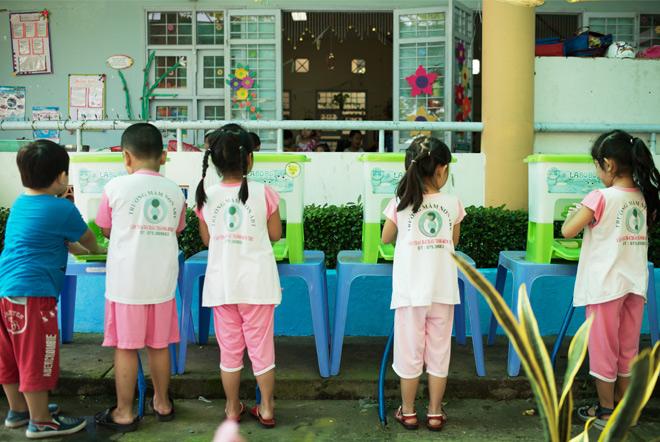 Việc hình thành thói quen rửa tay cho trẻ quan trọng.