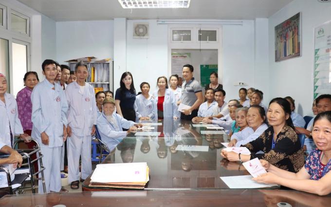 Vợ chồng chủ thẩm mỹ viện Mailisa làm thiện nguyện tại Vinh - 3