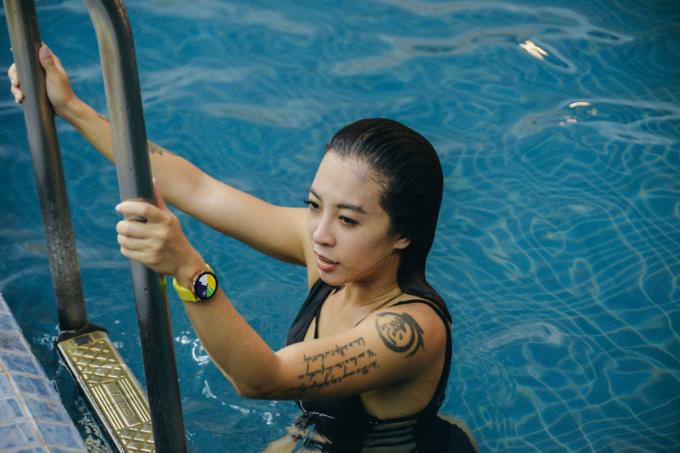 Đồng hồ thông minh giúp Hana Giang Anh theo dõi chủ nhân bơi nhiều hay ít, số vòng bể.