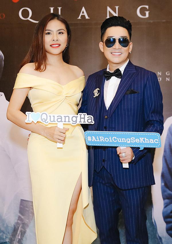Diễn viên Vân Trang khoe vai trần gợi cảm bên Quang Hà bảnh bao với vest tuxedo.