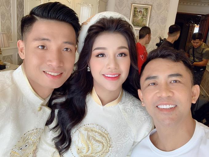 Cô dâu chú rể chụp hình bên chuyên gia trang điểm Tony Nguyễn.