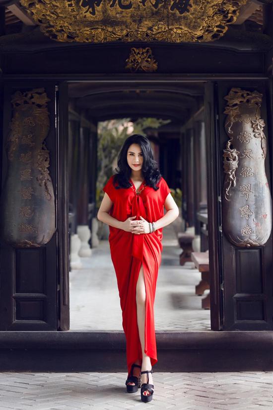Sau hai năm đồng hành cùng nhà mốt Việt, Thanh Lam tiếp tục góp mặt trong fashion show với vai trò ca sĩ.
