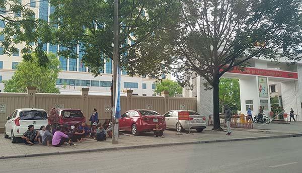 Hàng chục phụ nữ sáng nay vẫn tụ tập trước cổng Công an tỉnh Thanh Hoá.