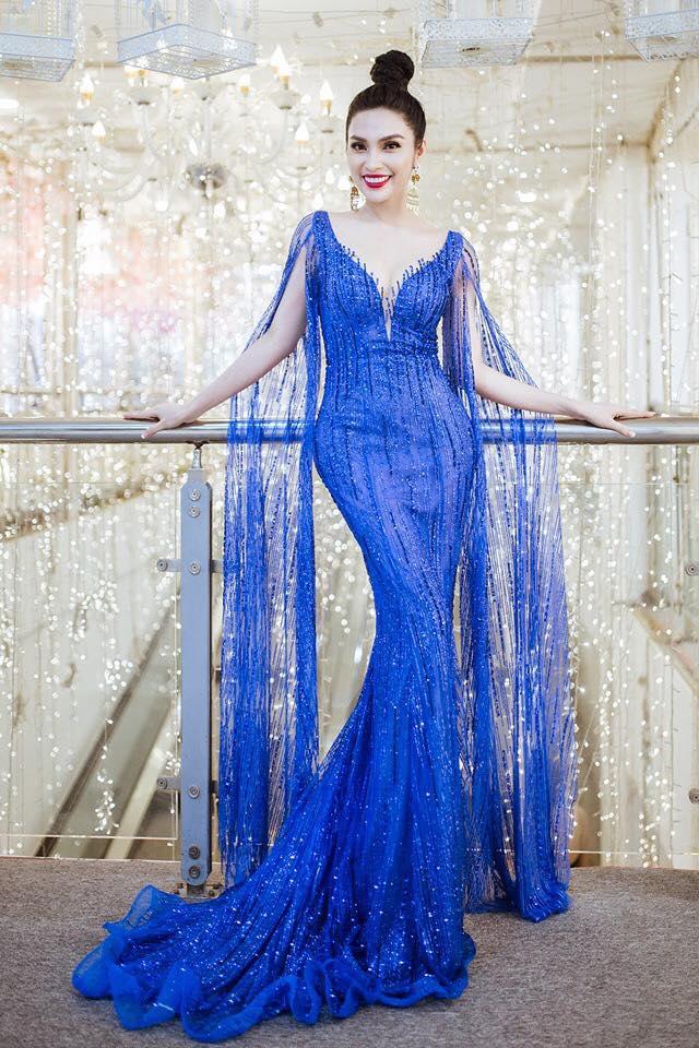 Nữ hoàng tài năng Angel Kim (Kim Huyền Sâm) vừa tham gia một sự kiện tại Hà Nội. Cô diện chiếc váy màu xanh ôm sát cơ thể, khoe vòng một căng đầy, vòng eo con kiến và nụ cười rạng rỡ.
