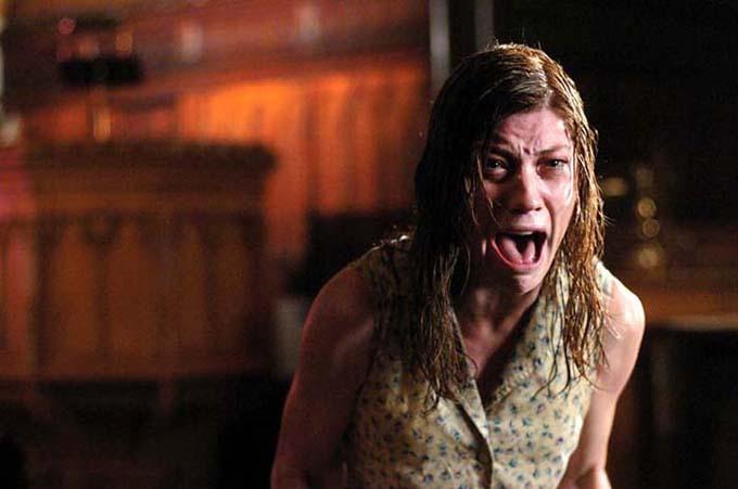 Lúc quay The Exorcism of Emily Rose, nữ chính Jennifer Carpenter và các diễn viên khác phát hiện radio tích hợp đồng hồ báo thức của họ thường tự động phát nhạc và lần nào cũng cùng một bài hát. Vì sợ ma, họ đều đem bỏ chiếc radio này.