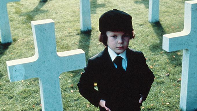 Khi phim The Omen bắt đầu quay, con trai của nam diễn viên chính Gregory Peck tự sát, một thành viên đoàn suýt chết trong một tai nạn xe trên đường tới trường quay, biên kịch suýt bị rơi máy bay vì sét đánh, một số thành viên khác chết trong một vụ nổ máy bay.