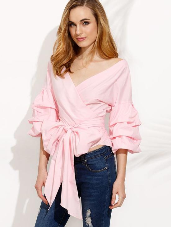 Tiếp nối trào lưu váy vạt xéo, đầm thắt eo được yêu thích ở mùa mốt 2018, các thương hiệu tiếp tục mang tới mẫu áo blouse tôn nét nữ tính cho người mặc.
