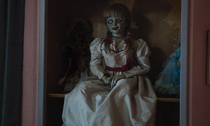 Đoàn phim Annabelle tin rằng búp bê ma Annabelle thực sự quấy rối họ bên ngoài bộ phim. Trong thời gian quay phim, một số thành viên nhìn thấy ghế tự di chuyển, đĩa bay ra khỏi tủ, những dấu vân tay và nhiều vết xước trên cửa sổ được tạo ra bởi ba móng vuốt giống của con quỷ trong phim.