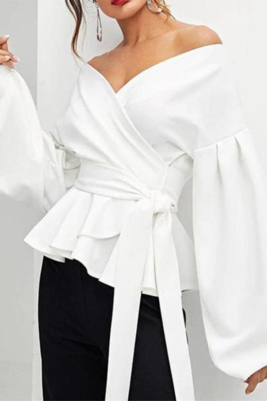 Áo trang trí đai vải được thể hiện trên nhiều phom dáng. Đây là trang phục có thể kết hợp cùng nhiều kiểu chân váy, quần âu hay quần jeans.