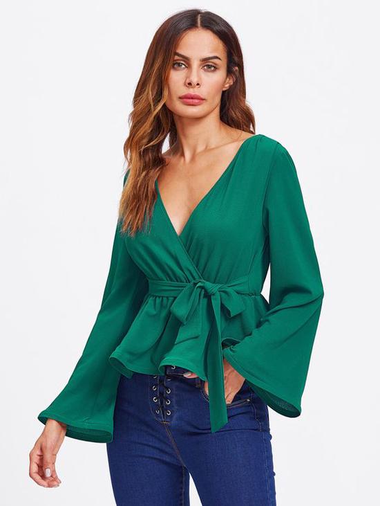 Cùng với cách bố trí đai lưng vải, áo blouse cho mùa hè cũng được chăm chút về chi tiết cổ áo, tay áo để tăng sức hấp dẫn.