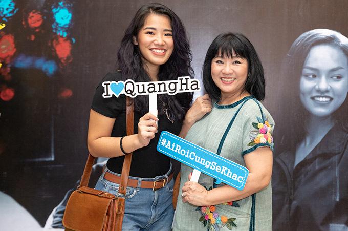 Ca sĩ Cẩm Vân đi sự kiện cùng con gái.