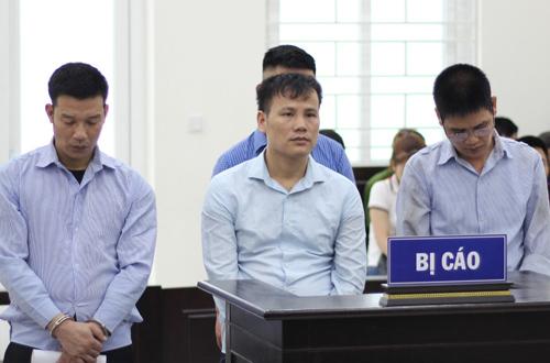 Đặng Tú (ngoài cùng bên phải) và các bị cáo tại phiên tòa.