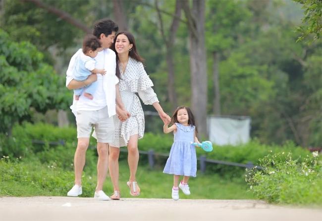 Hình ảnh hạnh phúc của gia đình Chung Gia Hân trong MV.