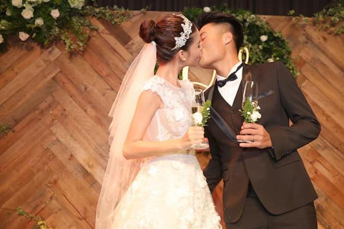Mạc Hồng Quân và Kỳ Hân hôn nhau đắm đuối trong tiệc cưới ba năm trước. Ảnh: FB.