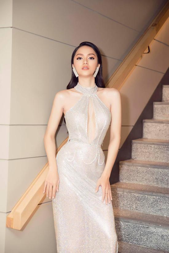 Váy dạ tiệc ôm sát hình thể và khoe trọn vòng eo 56cm được Hương Giang tận dụng một cách hiệu quả.