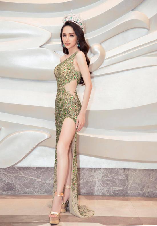 Sau khi đạt được ngôi vị cao nhất của cuộc thi Hoa hậu Chuyển giới Quốc tế 2018, Hương Giang là mỹ nhân thu hút sự quan tâm của khán giả Việt. Cô liên tục góp mặt trong các show truyền hình ăn khách và là gương mặt không thể thiếu ở các fashion show hoành tráng trong nước.