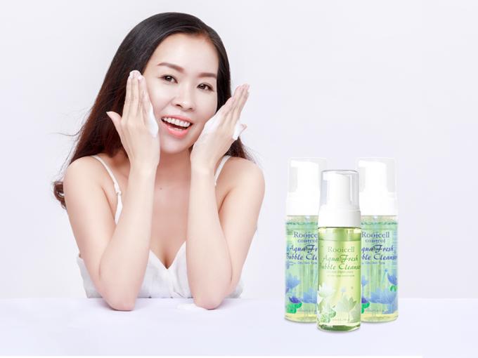 Chỉ với các động tác massage nhẹ nhàng, sữa rửa mặt sẽ giúp bạn loại bỏ những tạp chất, bụi bẩn bám trên da.