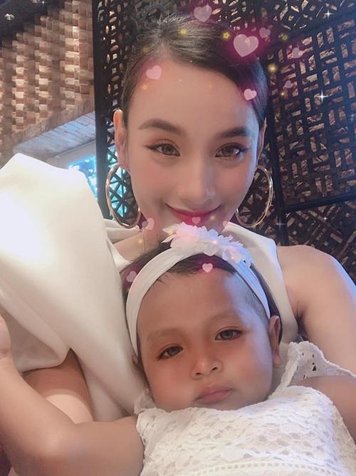 Lê Thúy chia sẻ:Chụp cùng con gái Linh Đan của bốCường.Lớn lên em sẽ là Hoa hậu nha, xinh xắn đáng yêu lắm. NTK Đỗ Mạnh Cường hiện đã là ông bố của 4 con nuôi.
