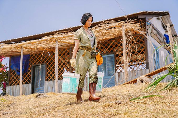 Để phù hợp vai diễn cô gái miền biển, nữ ca sĩ để da rám nắng và mặc đồ dáng cứng, cá tính trong phim.