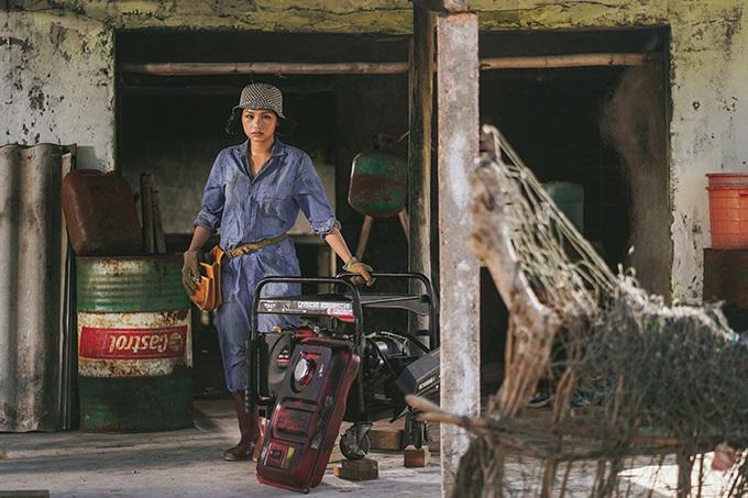 Miu Lê quay cảnh làm việc trong chuồng gia súc.
