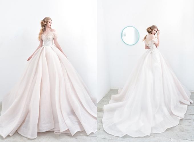 Váy xòe bồng trễ vaiThiết kế mang phom dáng ball gown (xòe bồng) dễ dàng chinh phục các nàng dâu tương lai, giúp bạn hóa thân thành công chúa cổ tích xuất hiện trong ước mơ thuở bé. Sự uyển chuyển, mềm mại của chất liệu làm toát lên vẻ kiều diễm của tân nương. Bộ đầm trễ vai có khoảng hở ở lưng giúp nàng khoe tấm lưng thon trắng ngần. Trang phục: Helen Phương Bridal
