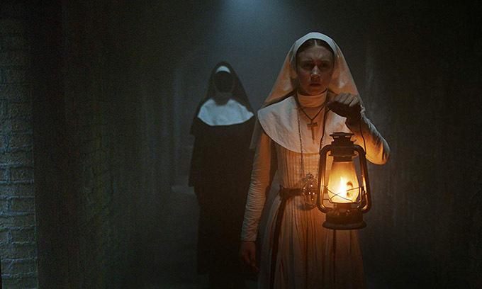 Khi đoàn phim The Nun thực hiện cảnh quay tại hành lang thánh giá bên trong một lâu đài cổ, đạo diễn Corin Hardy được sắp xếp ngồi trong một căn phòng và theo dõi cảnh phim qua màn hình được nối với máy quay. Khi bước vào phòng, anh thấy có vài người ngồi trong đó. Anh nghĩ họ làm việc trong tổ âm thanh nên chủ động chào hỏi rồi ngồi vào chỗ của mình, xoay lưng lại với họ. Sau khoảng nửa tiếng, cảnh quay hoàn thành, đạo diễn quay lại với ý định bàn luận với các cộng sự về cảnh quay, nhưng anh không thấy bất cứ ai.