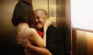 Tường Linh 'quyến rũ' nghệ sĩ Hoàng Sơn trong thang máy