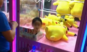 Bé 5 tuổi kẹt trong máy gắp thú