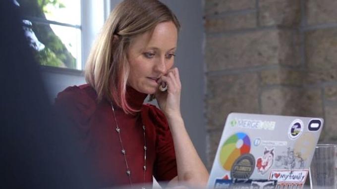 Giống nhiều người, Leah Pearlman sử dụng mạng xã hội để chia sẻ công việc.
