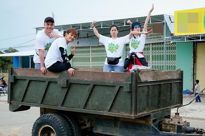 Trong tập 5 chương trình Việt Nam tươi đẹp, các nghệ sĩ Lê Dương Bảo Lâm, Gin Tuấn Kiệt, Lâm Vỹ Dạ, Puka (từ trái qua) thích thú ngồi xe công nông để đếntrường học dân tộc ở xã Ma Nới, Ninh Thuận.