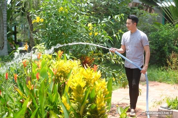 Nguyễn Phi Hùng tưới nước, chăm sóc vườn cây đủ loại khác nhau.